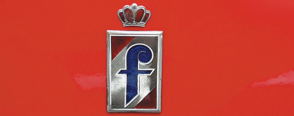 Pininfarina Schild Alfa Romeo Giulia Spider rot | Nostalgic Oldtimerreisen